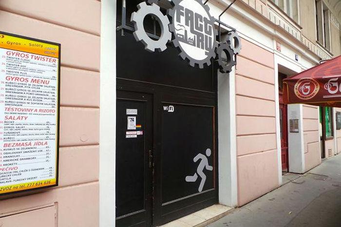 Атмосферу гей-клуба дополняет стильное оформление, музыка в стиле Deep Hous
